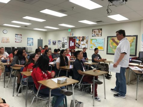 Henderson lectures his IB History of the Americas class. Photo by Melanie Pinzon.